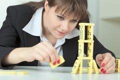 kości budów domin stołu wierza kobieta Fotografia Stock