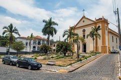 Kościelna fasada przed kwadrata i brukowa ulicą w Bananal obraz stock
