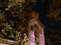 Kościelna kaplica na nocnego nieba tle zdjęcia royalty free