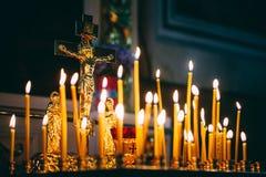 Kościelne świeczki przy ciemnym tłem Zdjęcie Royalty Free
