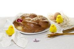 Kościelne świeczki, wielkanoc tort, jajka w gniazdeczku i kurczątko figurki, Obrazy Royalty Free
