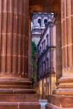 Kościelnego steeple widoczne przelotowe kolumny obraz royalty free