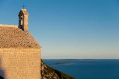 Kościelni dzwony i dach przy Lubenice w Cres obraz royalty free
