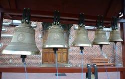 Kościelni dzwony na figuratywnej falcowanie dzwonnicie obraz stock