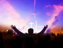 Kościelny cześć pojęcie: Chrześcijanie podnosi ich ręki w pochwale i cześć przy nocy muzyki koncertem obrazy royalty free