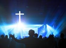 Kościelny cześć pojęcie: Chrześcijanie podnosi ich ręki w pochwale i cześć przy nocy muzyki koncertem obraz stock
