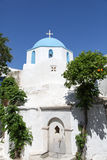 Kościelny i pomarańczowy drzewo na Paros wyspie Obrazy Stock