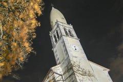 Kościelny wierza strzał od bellow nocy strzału Obraz Stock