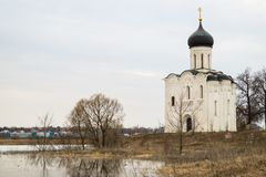 kościoła świętego intercesja krajobrazu nerl dziewicza akwarela river niebieska spowodowana pola pełne się chmura dzień zielonych Fotografia Stock