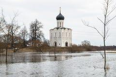 kościoła świętego intercesja krajobrazu nerl dziewicza akwarela river niebieska spowodowana pola pełne się chmura dzień zielonych Obrazy Stock