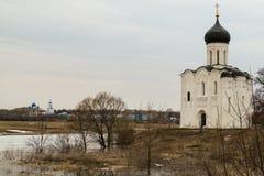 kościoła świętego intercesja krajobrazu nerl dziewicza akwarela river niebieska spowodowana pola pełne się chmura dzień zielonych Zdjęcia Stock