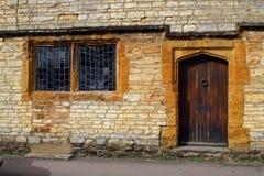 Koślawe nadokienne tafle na średniowiecznym domu fotografia stock