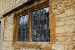 Koślawe nadokienne tafle na średniowiecznym domu zdjęcie royalty free