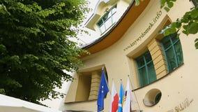 Koślawy dom w Sopocie, niezwykle kształtny budynek, zwiedzająca wycieczka turysyczna Polska zbiory