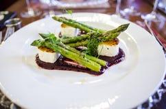 Koźli ser i szparagowy naczynie Fotografia Stock