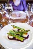 Koźli ser i szparagowy naczynie Fotografia Royalty Free