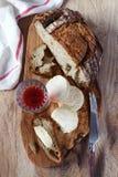 Koźli ser, kraju chleb i szkło czerwone wino, Zdjęcie Royalty Free