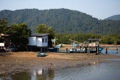 KO张,泰国- 2018年4月10日:在海岛上的地道传统渔夫的村庄-人们和孩子 库存照片