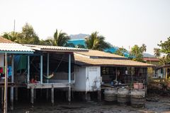 KO张,泰国- 2018年4月10日:在海岛上的地道传统渔夫的村庄-人们和孩子 免版税库存照片