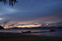 Ko海岛的美丽的景色他在泰国在黎明和黄昏小时内 小船城市corrib县捕鱼高尔韦爱尔兰河日落 库存照片