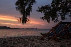 Ko海岛的美丽的景色他在泰国在黎明和黄昏小时内 由海的Sunbeds日落的 免版税库存图片