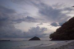 Ko海岛的美丽的景色他在泰国在黎明和黄昏小时内 andaman海运 免版税库存照片
