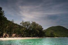 Ko海岛的美丽的景色他在泰国在黎明和黄昏小时内 andaman海运 免版税图库摄影