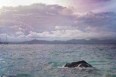 Ko海岛的美丽的景色他在泰国在黎明和黄昏小时内 andaman海运 库存图片