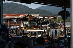 KO CHANG, ΤΑΪΛΆΝΔΗ - 10 ΑΠΡΙΛΊΟΥ 2018: Χωριό των αυθεντικών παραδοσιακών ψαράδων στο νησί - άνθρωποι και παιδιά μέσα στοκ φωτογραφία με δικαίωμα ελεύθερης χρήσης
