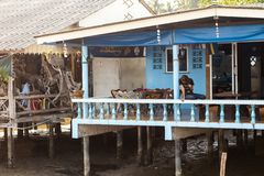 KO CHANG, ТАИЛАНД - 10-ОЕ АПРЕЛЯ 2018: Деревня подлинных традиционных рыболовов на острове - люди и дети внутри стоковое изображение rf