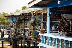 KO CHANG, ТАИЛАНД - 10-ОЕ АПРЕЛЯ 2018: Деревня подлинных традиционных рыболовов на острове - люди и дети внутри стоковое фото