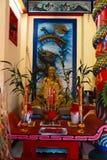 KO CHANG, ТАИЛАНД - 10-ОЕ АПРЕЛЯ 2018: Китайский висок buddist в северной области острова - иероглифы и картины стоковое фото