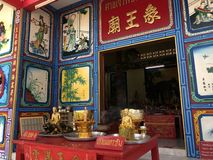 KO CHANG, ТАИЛАНД - 10-ОЕ АПРЕЛЯ 2018: Китайский висок buddist на азиатском остров стоковое фото rf
