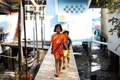 KO CHANG, TAILANDIA - 10 APRILE 2018: Il villaggio dei pescatori tradizionali autentici sull'isola - la gente e bambini dentro fotografie stock libere da diritti