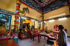 KO CHANG, TAILANDIA - 10 APRILE 2018: Tempio cinese di buddist nella regione del nord dell'isola - geroglifici e modelli immagine stock libera da diritti