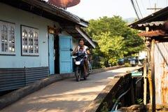 KO CHANG TAJLANDIA, KWIECIEŃ, - 10, 2018: Autentyczna tradycyjna rybak wioska na wyspie - ludzie wewnątrz i dzieci obrazy royalty free