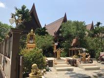 KO CHANG TAJLANDIA, KWIECIEŃ, - 10, 2018: Chińska buddist świątynia na azjatykciej wyspie zdjęcia royalty free