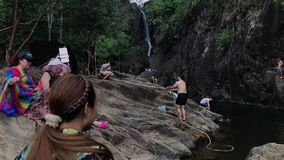 KO CHANG TAJLANDIA, KWIECIEŃ, - 12, 2018: Khlong Phlu siklawa z wiele turystami chce zimnego odświeżenie pływa zdjęcie wideo
