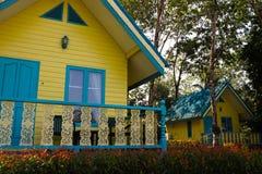 KO CHANG TAJLANDIA, KWIECIEŃ, - 8, 2018: Typowi kurortów domy dla turystów - Żywy koloru żółtego i błękita camping umieszcza budy zdjęcie stock