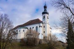 Kościelna pozycja na wzgórzu przy jeziornym Chiemsee w Bavaria Fotografia Stock