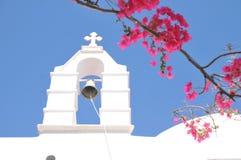 Kościelnego Bell i menchii kwiaty w Mykonos, Grecja Zdjęcia Royalty Free