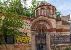Kościelny Agia Paraskevi Agioi Anargyroi i graffitti w Psirri ne Zdjęcie Stock