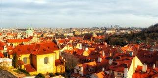 Kościelny góruje i dachy Praga linia horyzontu w Praga, Czec Zdjęcia Royalty Free
