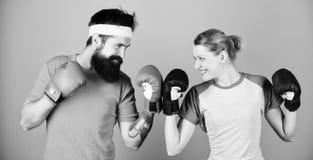 KO e energia treinamento dos pares em luvas de encaixotamento trem com treinador sportswear perfurando, sucesso do esporte feliz fotos de stock royalty free