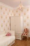 Łóżko, krzesło i odziewa Fotografia Royalty Free