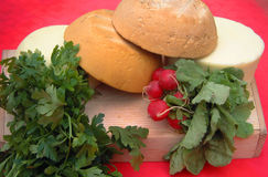 Koźli ser, rzodkwie i chleb, Obrazy Royalty Free