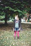Koń maskowa kobieta w parku Zdjęcia Royalty Free