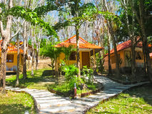 Ko Mook ö, Thailand - Februari 03, 2010: Semesterort på den tropiska stranden Arkivbild