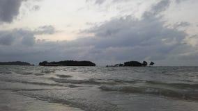 Ko Na Thian和Ko席子从酸值苏梅岛海岛看见的郎海岛在日出期间在多云早晨在泰国 免版税库存照片