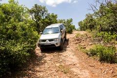 Koło prowadnikowy pojazd Mitsubishi Triton robi off- drodze Zdjęcia Royalty Free